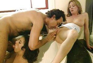 Zadowalanie dwóch napalonych kobiet w wannie