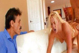 Żona zdradzająca mężą w jego obecności