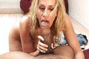 Blond MILF obrabia dużego, grubego penisa