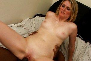 Duży, gruby czarny penis w cipce blondynki