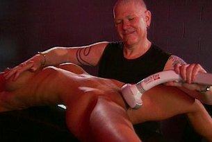 Cycata blondynka torturowana przez mistrza