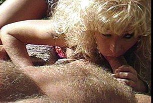 Blondynka nabija się na kutasa nieznajomego