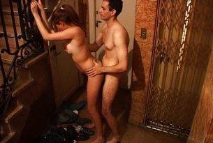 Ruchanie na schodach - publiczny sex z ukrytej kamery