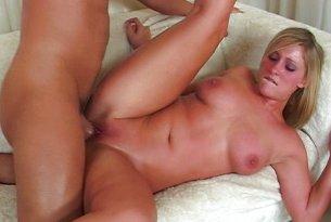 Śluczna blondynka ruchana w cipkę