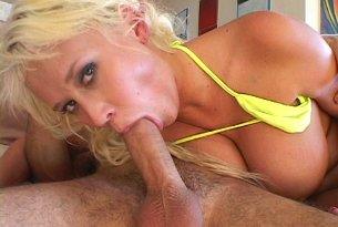 Kneblowanie cycatej blondynki