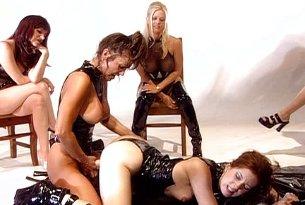 Strapon na biodrach lesbijek w lateksie