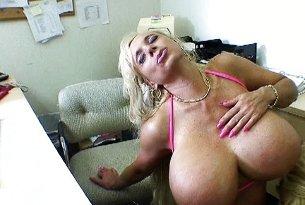 Blondynki z wielkimi silikonowym cyckami obciągają w biurze