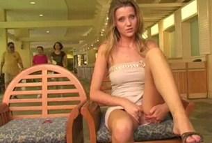 Blondynka masturbuje się w miejscu publicznym