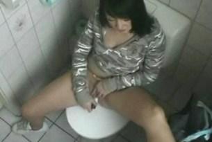 Przyłapana na masturbacji w toalecie