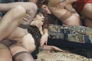 Dwie dojrzałe mamuśki i trzy penisy