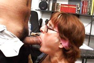 Sex analny z doświadczoną w pokoju szefa