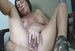 Dojrzała kobieta z wibratorem