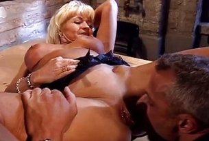 Sex z dojrzałą pokojówką
