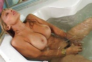Dojrzała kobieta w wannie