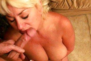 Dojrzała blondynka obciąga penisa