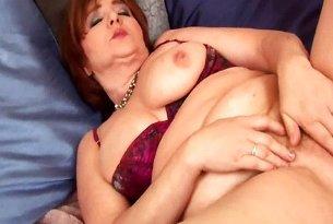 Puszysta brunetka z dużymi cyckami zabawia się wibratorem