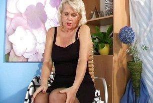 Masturbacja babci w bieliźnie