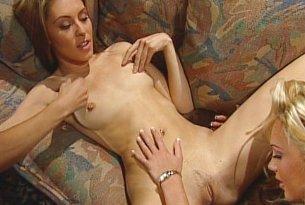 Blond lesbijki z dildo w ręku